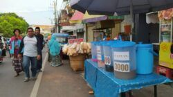 Pedagang yang berjualan di pinggir Jalan Muharto, Kecamatan Kedungkandanng, Kota Malang. (Foto:Azmy/Tugu Jatim)