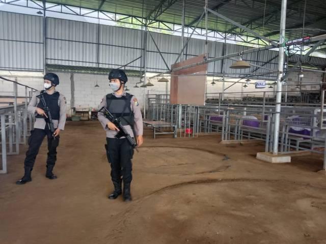 Petugas melakukan razia di salah satu lokasi yang diduga menjadi tempat perjudian. (Foto: Sholeh/Tugu Jatim)
