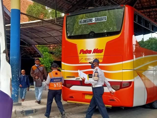 Para petugas di Terminal Rajekwesi Bojonegoro yang masih melayani penumpang. (Foto: Mila Arinda/Tugu Jatim)