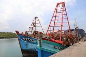 Dua kapal berbendera Vietnam yang diamankan petugas karena lakukan illegal fishing. (Foto: Kementerian Kelautan dan Perikanan Republik Indonesia/Tugu Jatim)