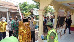 Gus Ipin memastikan prokes dijalankan di TPS  selama pilkades. (Foto: Zamz/Tugu Jatim)