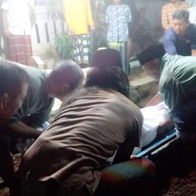 Warga membantu mengevakuasi korban. (Foto: Rap/Tugu Jatim)