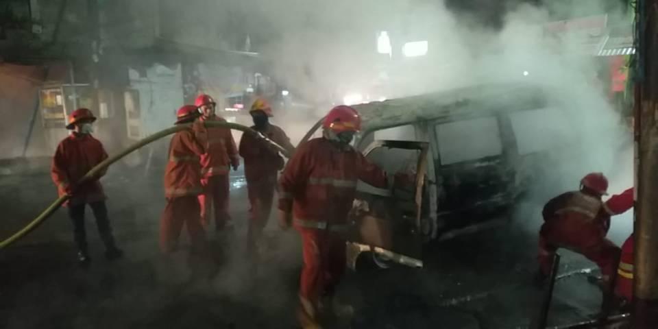 Anggota UPT Damkar Kota Malang saat memadamkan api sebuah mobil yang terbakar di Jalan Raya Bandulan, Kota Malang, Sabtu (03/04/2021). (Foto: UPT Damkar Kota Malang/Tugu Jatim)
