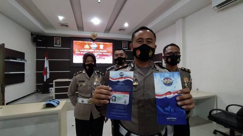 Kasatlantas Polresta Malang Kota Kompol Ramadan Nasution menunjukkan contoh SIM yang dibuat lewat layanan Sinar (SIM Nasional Presisi) pada Selasa (13/04/2021). (Foto: Azmy/Tugu Jatim)