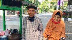 Kakek Satirun dan Nenek Tiah saat berjualan dawet keliling. (Foto: Dok/Tugu Jatim)