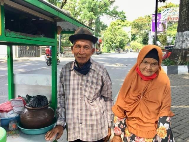 Kakek Satirun dan Nenek Tiah saat berjualan dawet keliling. (Foto: Surya Burhanuddin/Tugu Jatim)
