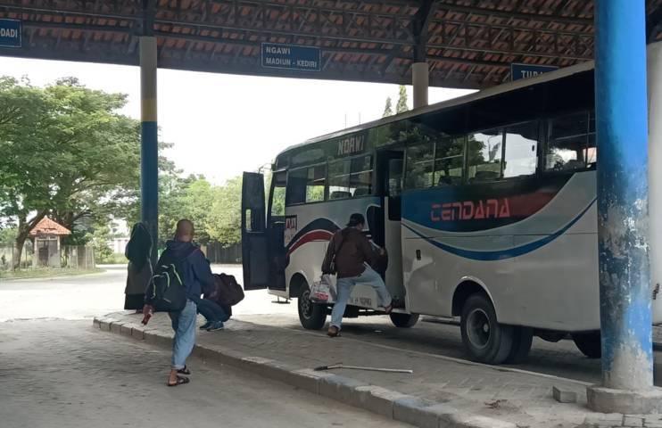 Para penumpang di Terminal Rajekwesi Bojonegoro. (Foto: Mila Arinda/Tugu Jatim)