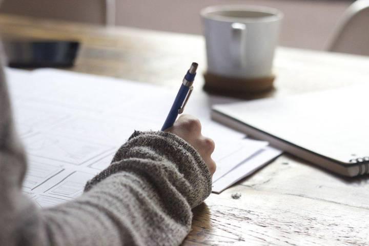 Ilustrasi seseorang sedang mengerjakan tugas. (Foto: Pixabay/Tugu Jatim)
