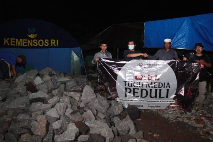 CEO Tugu Media Group Irham Thoriq memberikan bantuan secara langsung bersama tim Tugu Media Peduli kepada warga Tamanasri, Kabupaten Malang. (Foto: Rubianto/Tugu Jatim)