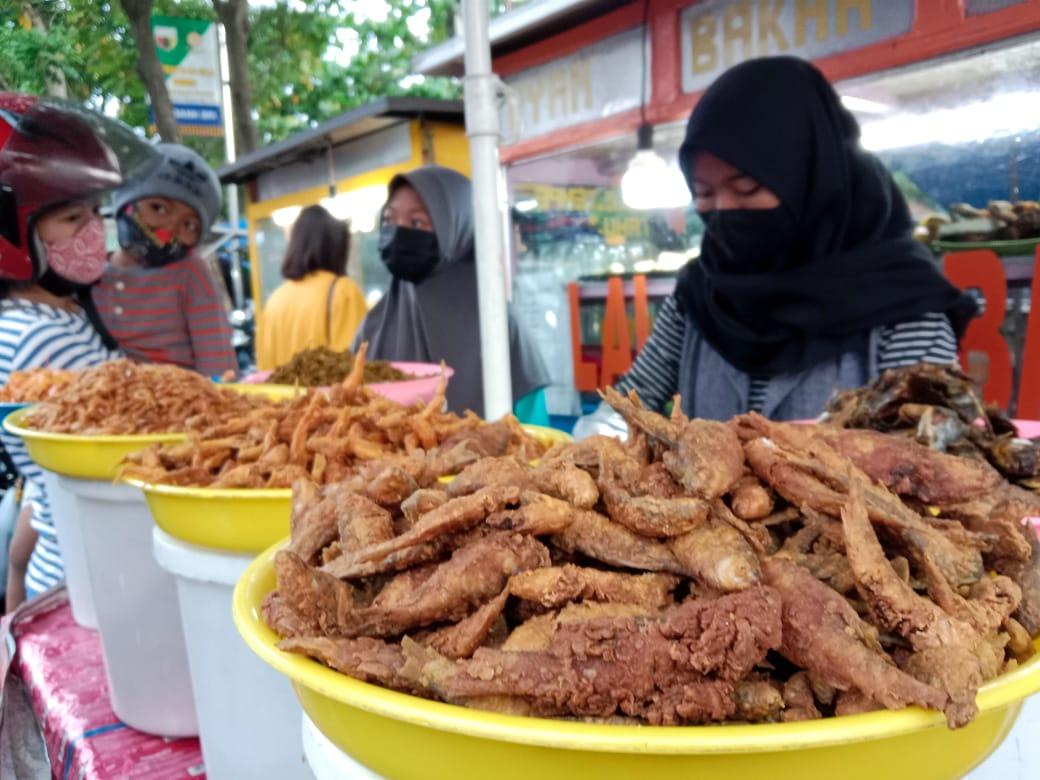 Pasar takjil di Jalan Hayam Wuruk Kota Kediri sepi pengunjung. (Foto: Noe/Tugu Jatim)