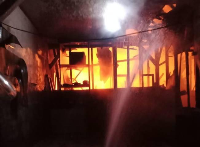 Kebakaran di Perumahan Perhutani, Desa Sukorejo, Kecamatan/Kabupaten Bojonegoro, Jumat (09/04/2021), pukul 02.05 WIB. (Foto: Damkar Bojonegoro/Tugu Jatim)