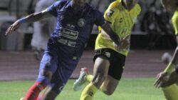 Pemain Arema FC Dedik Setiawan saat berjibaku dengan pemain Barito Putera dalam gelaran Piala Menpora 2021. (Foto: IG AremaFCofficial/Tugu Jatim)