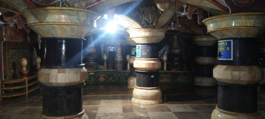Tiang-tiang yang kokoh di dalam Masjid Perut Bumi. (Foto:Rochim/Tugu Jatim)