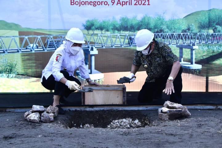 Groundbreaking dilakukan oleh Bupati Bojonegoro Anna Muawanah dan Bupati Tuban Noor Nahar Hussein pada Jumat (09/04/2021).(Foto: Humas Pemkab Bojonegoro/Tugu Jatim)