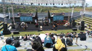 Meski menggelar pagelaran kesenian, warga tetap memakai prokes. (Foto: Disparta Kota Batu/Tugu Jatim)