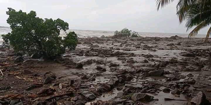 Situasi pasca banjir bandang yang menerjang Kabupaten Lembata pada Minggu (04/04/2021), pukul 19.00 waktu setempat, mengakibatkan 11 orang meninggal dunia. (Foto: BNPB/Tugu Jatim)
