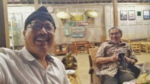Pakar Komunikasi dan Motivator Nasional Dr Aqua Dwipayana bersama pemilik Pwon Teh Tudung Erwan Widyarto. (Foto: Dok/Tugu Jatim)