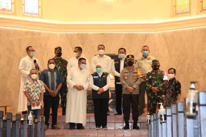 Forkopimda Jatim meninjau dan memastikan keamanan ibadah di Gereja Katedral Hati Kudus Surabaya, Jumat pagi (02/04/2021). (Foto: Polda Jatim/Tugu Jatim)
