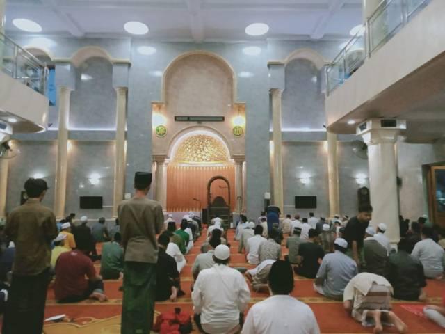 Warga tetap antusias melaksanakan salat Tarawih pertama di Masjid Jami' Gondanglegi, Kabupaten Malang.(Foto: Rap/Tugu Jatim)