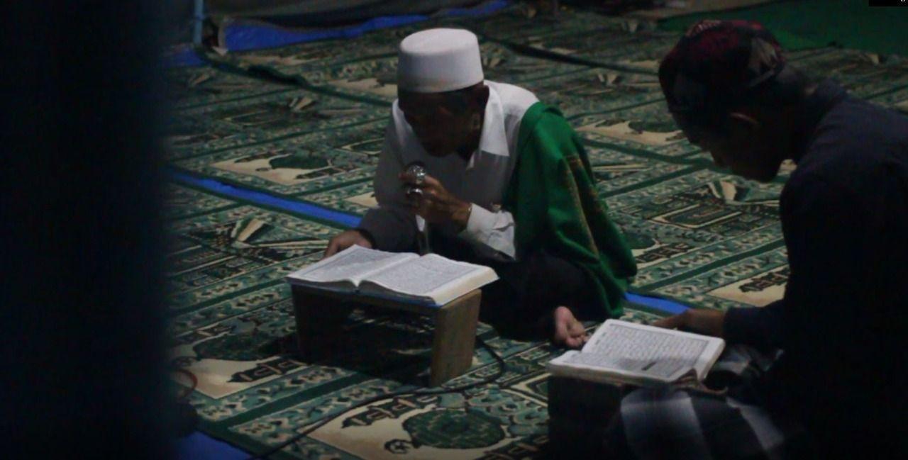 Masjid Raudlatul Muttaqin dirobohkan sehingga warga korban gempa Malang harus beribadah di tenda darurat. (Foto: Rubianto/Tugu Jatim)