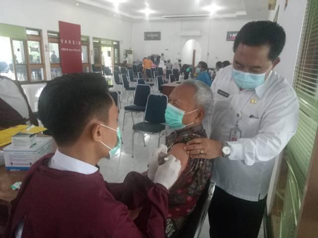 Proses vaksinasi kepada lansia yang dilakukan vaksinator. (Foto: Humas Pemkab Tuban/Tugu Jatim)