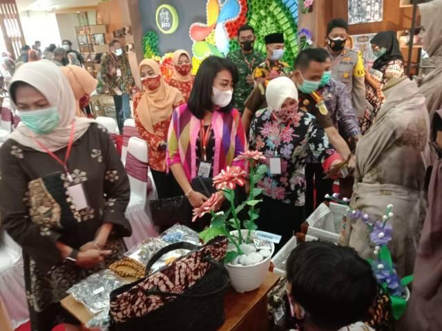 Wali Kota Batu Dewanti Rumpoko bersama Forkopimda Kota Batu mengunjungi pameran Recycling Exhibition. (Foto: Sholeh/Tugu Jatim)