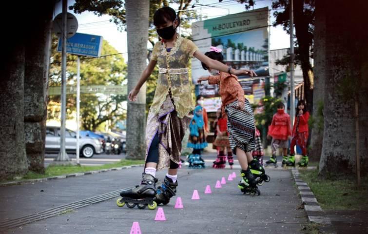 Anggota Mafest yang tetap luwes bersepatu roda meski memakai kebaya. (Foto: Rubianto/Tugu Jatim)