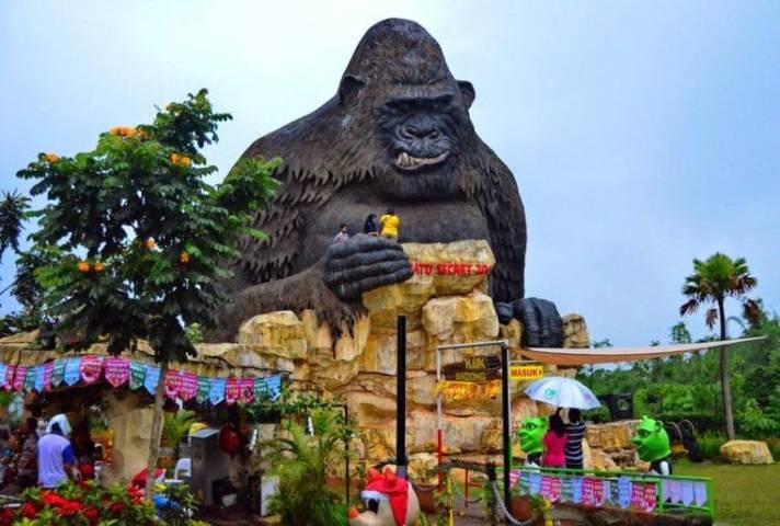 Patung berbentuk gorila sebelum terjadi gempa. (Foto: portalwisata/Tugu Jatim)