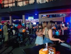 Suasana razia petugas BNNK Tuban di tempat hiburan malam. (Foto: Humas BNNK Tuban/Tugu Jatim)