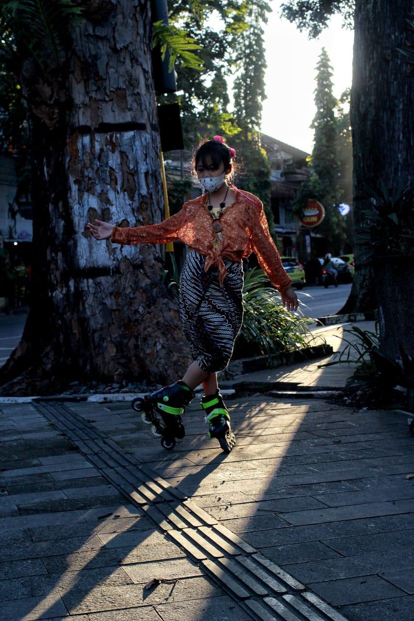 Anggota Mafest memperingati Hari Kartini dengan cara unik. (Foto: Rubianto/Tugu Jatim)