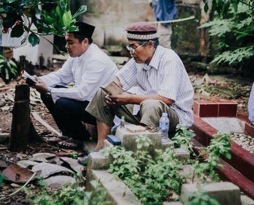 Masyarakat mendatangi TPU Kelurahan Sumbang, Kabupaten Bojonegoro, untuk melakukan ziarah kubur dan tabur bunga. (Foto: Istimewa/Tugu Jatim)