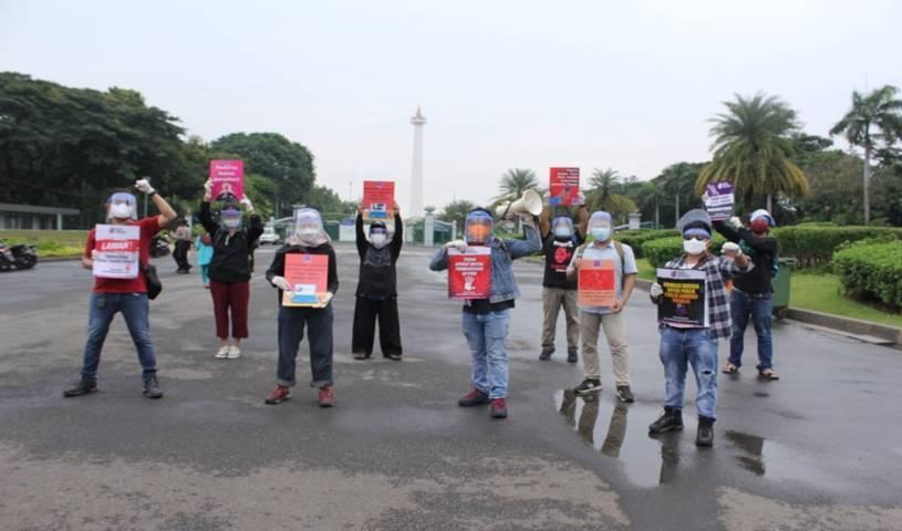 Foto sejumlah pengurus dan anggota AJI Jakarta menggelar aksi solidaritas untuk mengusut tuntas kasus penganiayaan jurnalis Tempo Nurhadi. (Foto: AJI Jakarta/Tugu Jatim)