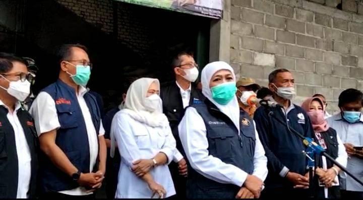Gubernur Jatim Khofifah Indar Parawansa saat melakukan kunjungan di salah satu gudang gabah dan beras di Desa Banjarsari, Kecamatan Trucuk, Bojonegoro, Minggu sore (04/04/2021). (Foto: Istimewa/Tugu Jatim)