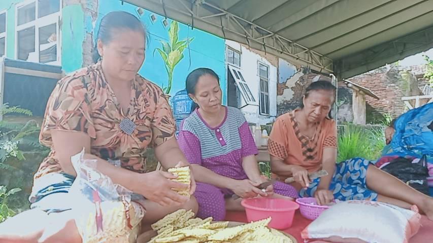 Warga Dampit, Kabupaten Malang, sedang memasak untuk acara megengan pasca gempa Malang. (Foto: Rap/Tugu Jatim)