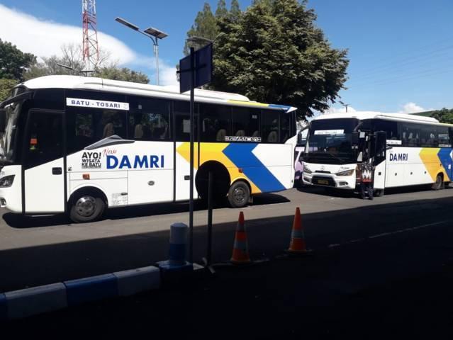 Bus Damri berhenti beroperasi. (Foto: Sholeh/Tugu Jatim)