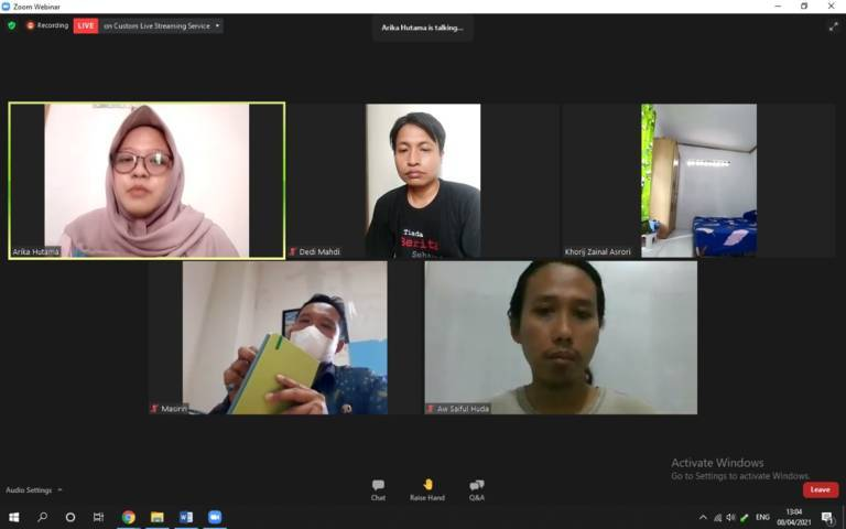 Tangkapan layar sesi diskusi secara daring bertajuk Melawan Infodemik Pandemi Covid-19 yang digelar oleh AJI Bojonegoro, Kamis (8/4/2021). (Foto: Mochamad Abdurrochim/Tugu Jatim)