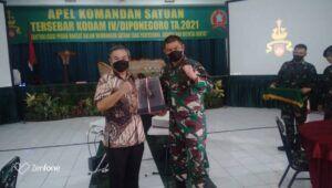 Danrem 072/Pamungkas Yogyakarta Brigjen TNI Ibnu Bintang Setiawan mewakili Pangdam IV/Diponegoro Mayjen Rudianto menyerahkan plakat kepada Dr Aqua Dwipayana. (Foto: Dokumen)