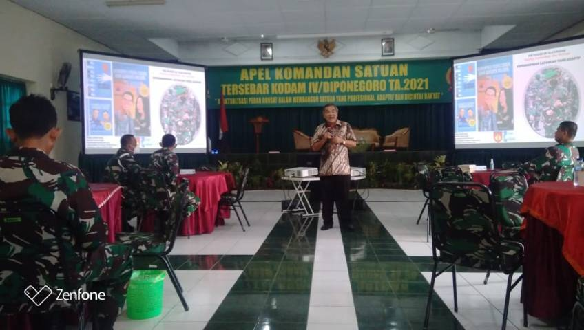 Pakar Komunikasi dan Motivator Nasional, Dr Aqua Dwipayana kala mengisi sesi Sharing Komunikasi dan Motivasi di Kodam IV/Diponegoro. (Foto: Dokumen)