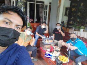 Agenda foto bersama dalam acara silaturahmi ke rumah Dr Aqua Dwipayana. (Foto: Dokumen)