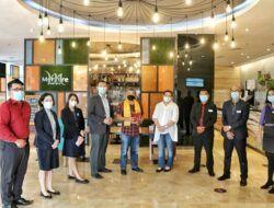 Para crew Hotel Mercure Cikini Jakarta bersama Dr Aqua Dwipayana berfoto bersama. (Foto: Dokumen)