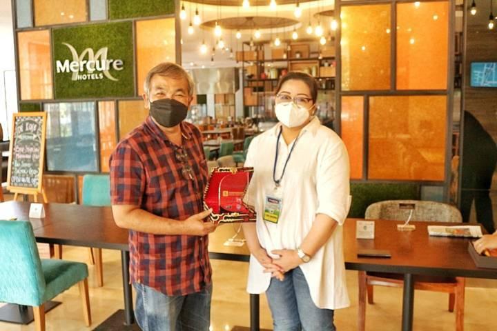 General Manager Hotel Mercure Cikini Jakarta Lisa P Sanjoyo bersama Pakar Komunikasi dan Motivator Nasional, Dr Aqua Dwipayana. (Foto: Dokumen/Tugu Jatim)