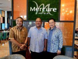 Dr Aqua Dwipayana (kiri) berfoto di bagian depan lobby Hotel Mercure Cikini, Jakarta. (Foto: Dokumen)