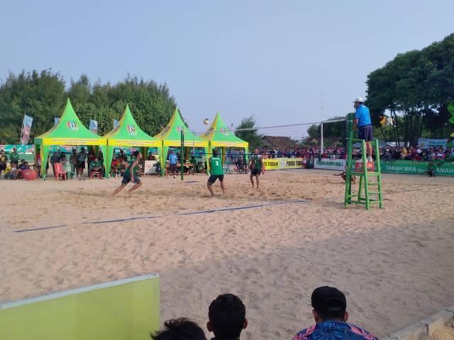 Atlet bola voli pantai Tuban saat berlaga di Porprov VI Jatim 2019. (Foto: Mochamad Abdurrochim/Tugu Jatim)