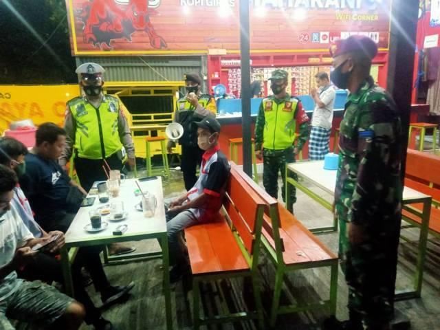 Babinsa bersama aparat tiga pilar laksanakan patroli malam hari di wilayah Kecamatan Beji, Kabupaten Pasuruan, Selasa (06/04/2021). (Foto: Dok/Tugu Jatim)
