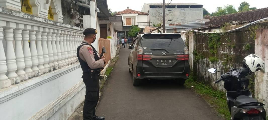 Petugas melakukan penjagaan ketat saat menggeledah rumah terduga teroris di Rengel Tuban. (Foto: Rochim/Tugu Jatim)