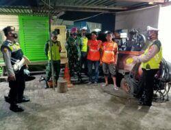 Petugas tak pernah lelah untuk mengingatkan warga soal prokes. (Foto: Dok/Tugu Jatim)