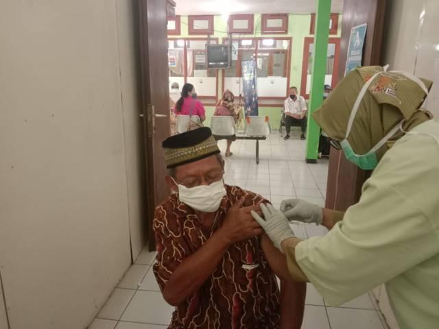 Salah satu lansia laki-laki yang menjalani vaksinasi di Puskesmas Batu, Kota Batu. (Foto: Sholeh/Tugu Jatim)
