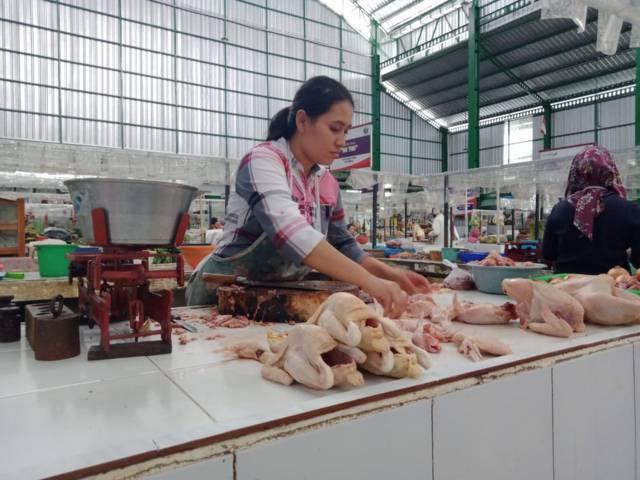 Ilustrasi pedagang daging ayam di pasar. (Foto: Azmy/Tugu Jatim)