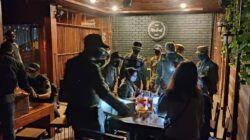 Petugas Satpol PP Kota Malang saat melakukan razia dan menyita puluhan botol minol saat operasi gabungan di Bulan Ramadan, Sabtu (24/4/2021) malam. Foto/Satpol PP Kota Malang)