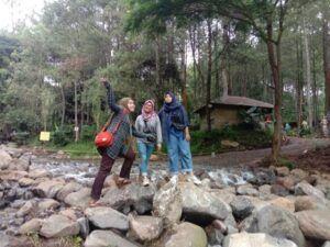 Tiga pengunjung berfoto bersama di wisata Bumi Perkemahan Bedengan, Malang, (Foto: Fen/Tugu Malang/Tugu Jatim)